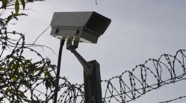 Surveillance-video--spy-camera-and-razor-wire-000001233871_Small